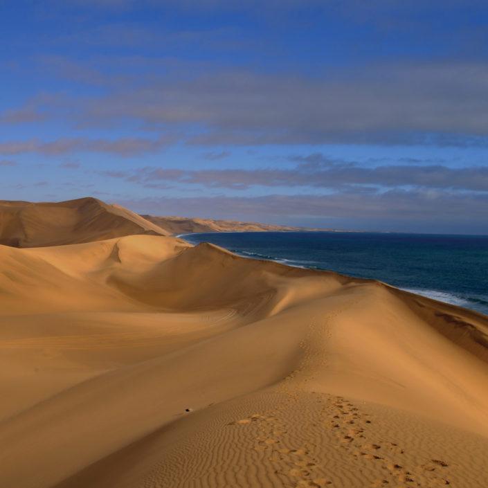 La Namibia, uno dei paesi più giovani sulla terra, ci ospita per questo viaggio in moto quasi surreale.
