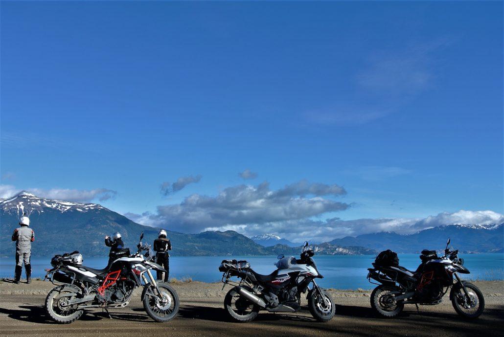 in moto sui laghi della Patagonia