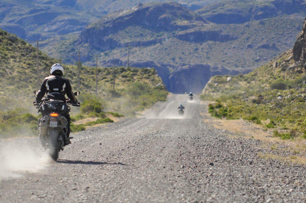 in moto su strada sterrata in Patagonia